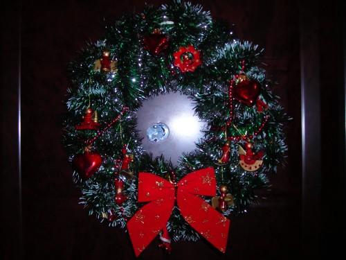 Новогодний венок из мишуры на двери