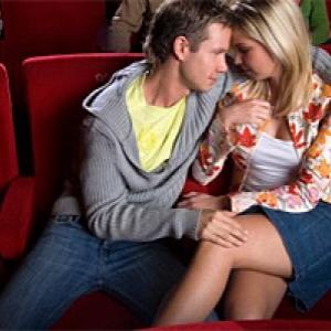 porno-v-kinoteatre-na-zadnem-ryadu