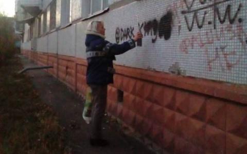 В Пензе уничтожают наркотелефоны на домах, остановках, столбах