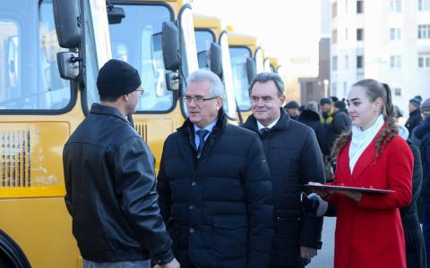 Губернатор Иван Белозерцев лично вручил ключи от 15 новых школьных автобусов