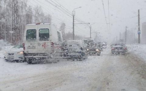 На улице Стасова в Пензе два авто зажали «скорую»