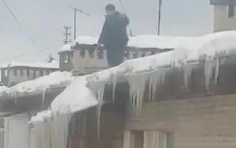 «Мужчина без страховки»: пензенец возмущен тем, как чистят крыши