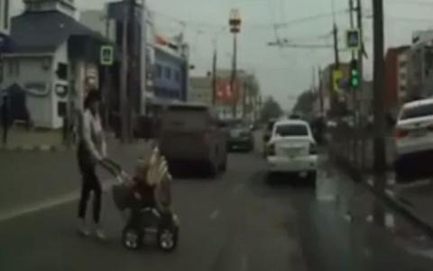 """""""Уверенно шагала под автомобили"""": пензячка везла коляску с ребенком через поток машин"""