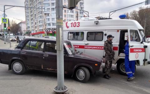 """В Пензе автомобили """"скорой"""" и ВАЗ попали в аварию"""