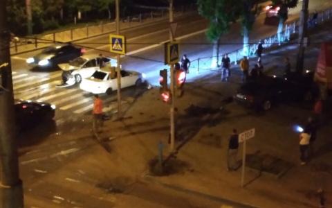 В Пензе на перекрестке такси попало в жуткую аварию