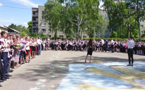 Прощальный вальс и шарики: как в школах Пензы прошли последние звонки