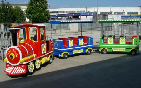 «Бутырка» играла для детей в детском паровозике на День города