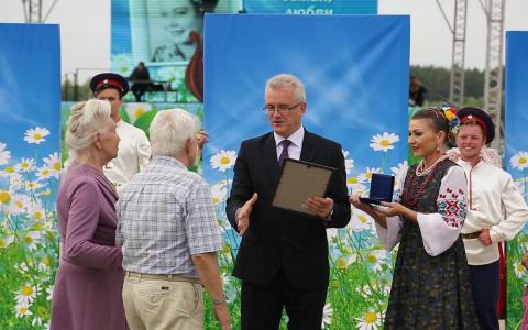 В Спутнике губернатор наградил семьи, прожившие в браке более 35 лет