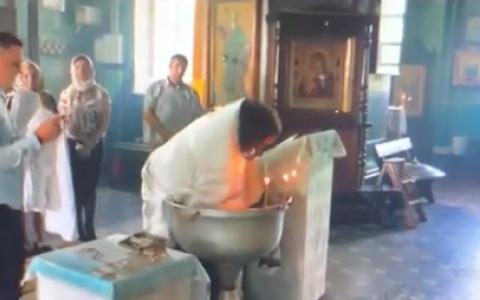 Обсуждает вся страна: во время Крещения батюшка ударял малыша о чан