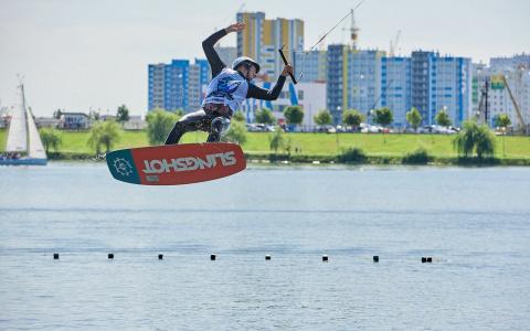 Захватывающие трюки и море адреналина: в Спутнике прошёл чемпионат по вейкбордингу