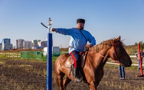 Казаки со всей России съехались в Спутник на чемпионат по рубке шашкой