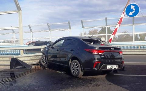 Стали известны подробности ужасного столкновения иномарки с железной балкой на Леонидовском мосту