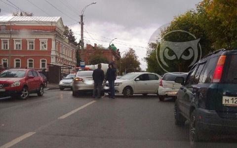 Две иномарки не поделили дорогу в Пензе на улице Куйбышева