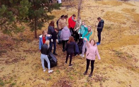 В Спутнике даже убираться приятно: ученики школы им. Лермонтова вышли на экологический субботник