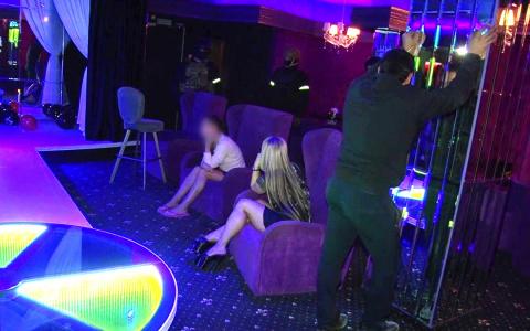 """""""Красная комната и развратное меню"""": Пензенские полицейские опубликовали фото с места задержания проституток"""