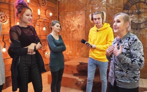 Пензенские бабушки угадывают cтpиптизеpшу из молодых особ – видео