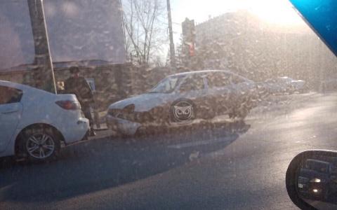 """В Пензе на перекрестке двух улиц """"Приоре"""" оторвало бампер"""
