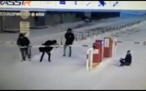 В Пензе молодые люди совершили акт вандализма – видео