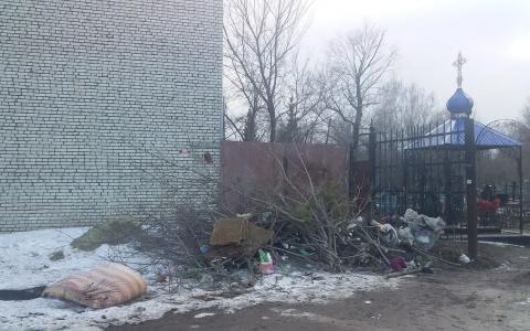Решили спать на могиле? В Пензенской области на кладбище выбрасывают матрацы