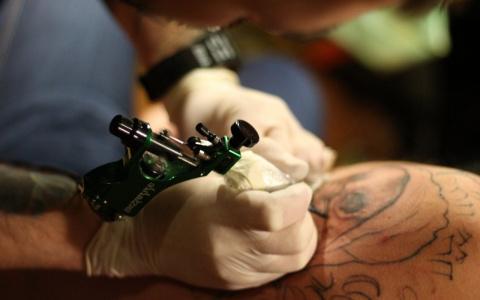 «Мне стало скучно»: пензенская школьница набила татуировку на шоу