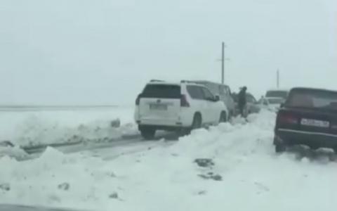 «ГАЗон тоже улетел»: в Пензенской области автомобили застряли в сугробах - видео
