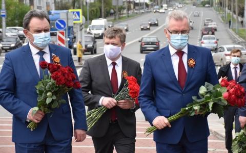Губернатор возложил цветы у Монумента воинской и трудовой славы