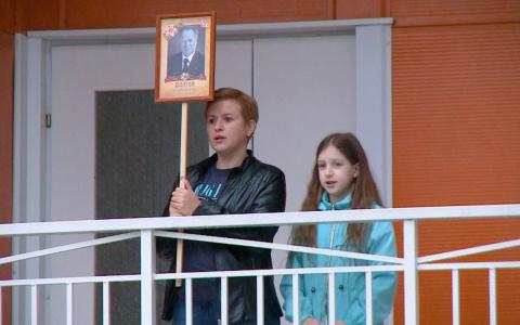 В День Победы жители Спутника украшали окна и пели