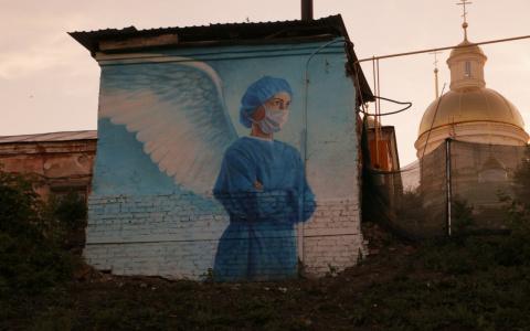 Пензенский художник рассказал, как создавал граффити врача с крыльями