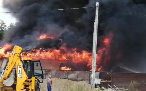 Небо почернело от дыма: в поселке под Пензой произошел страшный пожар