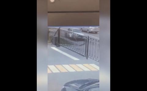 """""""Второй День рождения"""": пензячка чудом отскочила от влетевшей в нее машины - видео"""