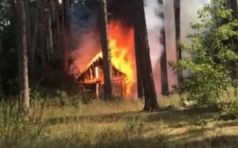 В пензенских Ахунах огонь охватил деревянный дом