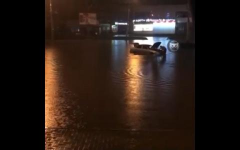 В Пензе машина утонула после дождя - видео