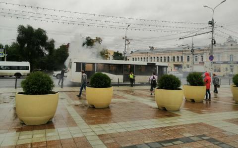 В центре Пензы загорелся пассажирский автобус