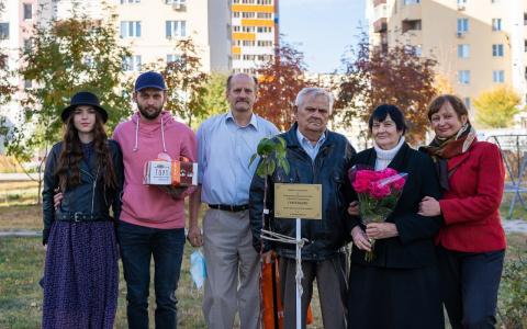 Жители Спутника посадили яблоню в день бриллиантовой свадьбы