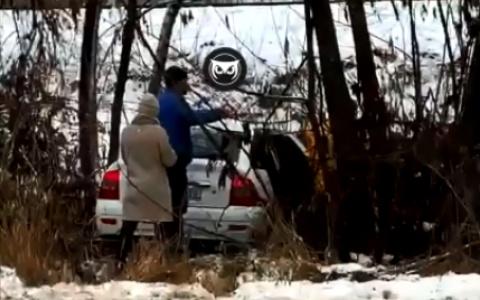 В Пензе автомобиль вылетел с трассы. Видео с последствиями