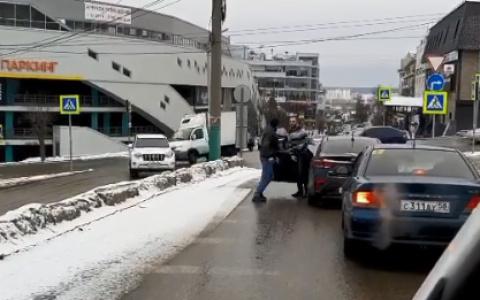 Один из них с молотком: в Пензе появились шокирующие кадры драки двух водителей