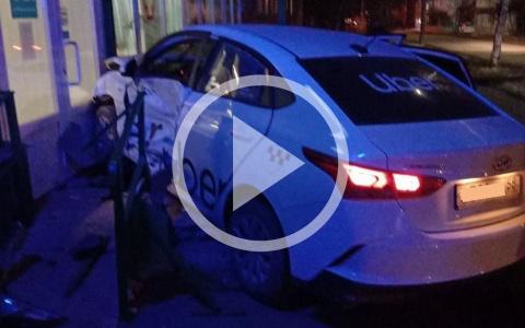 В Пензе в серьёзную аварию попали две машины такси. Видео