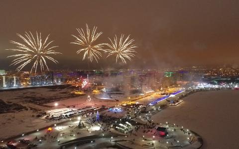 Новый год в Спутнике встретили салютом на набережной