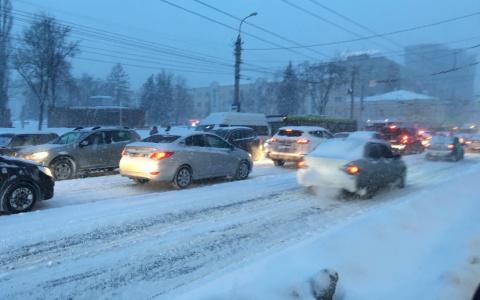 «Лучше не выезжать»: снегопад вызвал гигантские пробки в Пензе