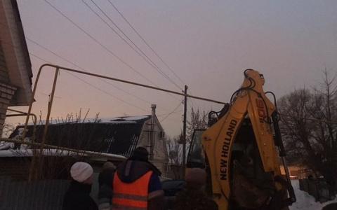 А могло и взорваться! В Пензе трактор, убиравший снег, снес газовую трубу