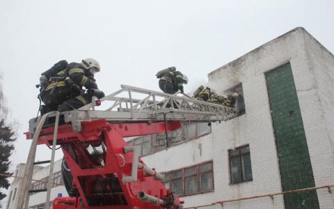 Тушил 61 человек: в Пензе на Каракозова произошел серьезный пожар