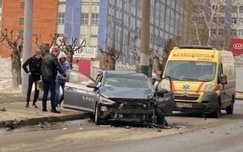 В Пензе на улице Калинина к месту жесткой аварии прибыла скорая