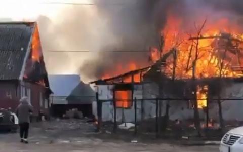 «Потеряли всё за 20 минут»: под Пензой два дома сгорели дотла – видео