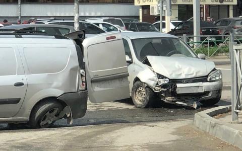 В Пензе у торгового центра на Южной поляне произошла жесткая авария