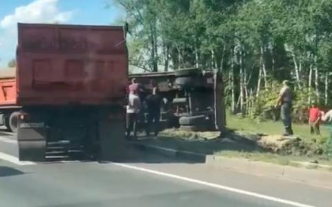 Появилось видео с места жесткой аварии с грузовиком на трассе в Пензе