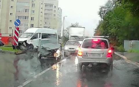 В Пензе к месту аварии с маршруткой на Шуисте прибыла скорая