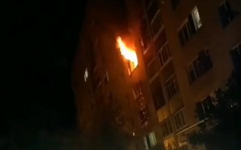 В Заречном сняли на видео ночной пожар на улице Строителей