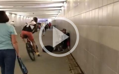 В Пензе велосипедист плюнул в сумку музыканту