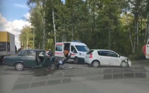 В Пензе к месту жесткой аварии на дублере Окружной прибыли скорая и спасатели