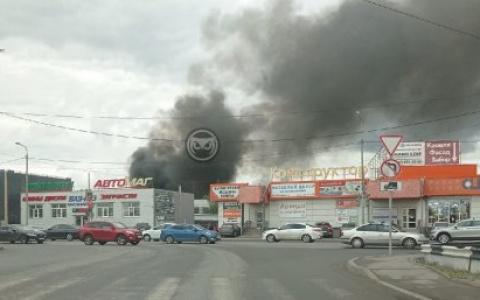 В Пензе на Измайлова загорелся склад с отходами деревообработки